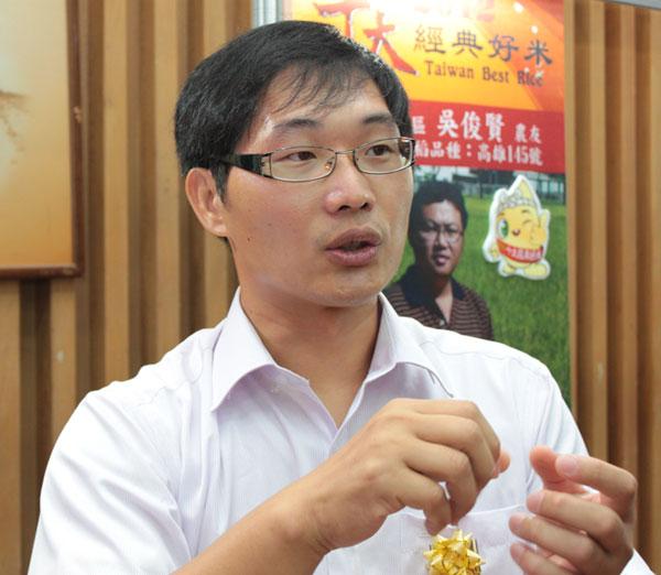 東吳企管研究所畢業的賴承麟,不時與崑濱伯交流種稻技巧。