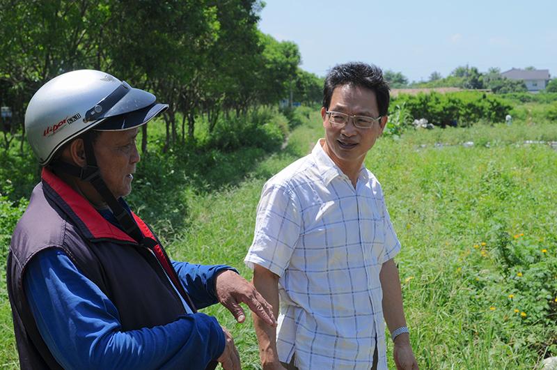 可樂榖創辦人謝振昌和農友杜大明討論今年的栽種,謝振昌特別提供橘色和黃色的紅藜種籽給他,認為他種植品質好,可以分色種植