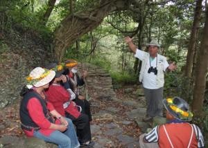 阿禮部落居民包泰德向來訪的排灣朋友分享生態旅遊的經驗。