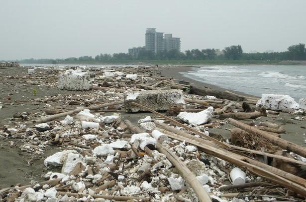 黃金海岸成保麗龍海岸,2天清20噸廢棄物
