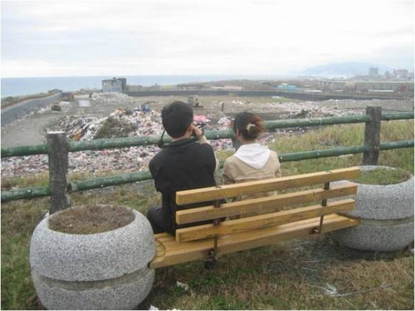 在海邊看著垃圾的戀人