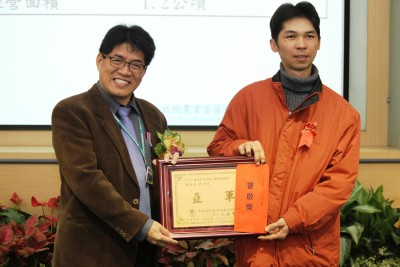曾啟榮(右)去年也奪得台南農改場舉辦的「健康優質設施小果番茄競賽」亞軍。(圖/汪文豪攝影)