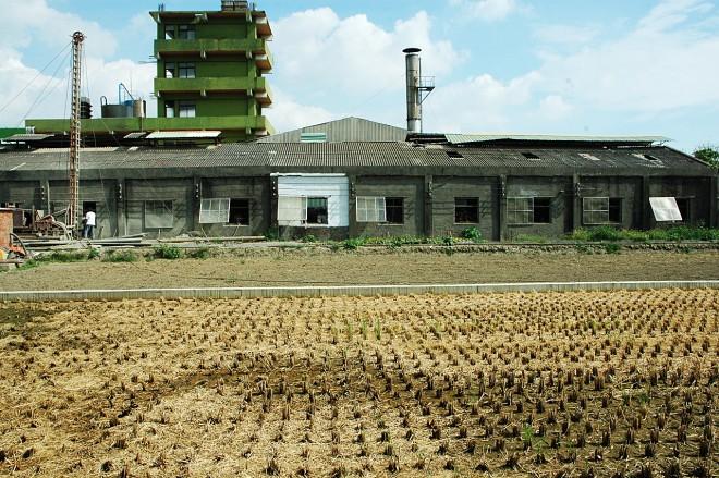 中南部一帶處處可見農地旁蓋有違章工廠。(圖片提供/台南社大)