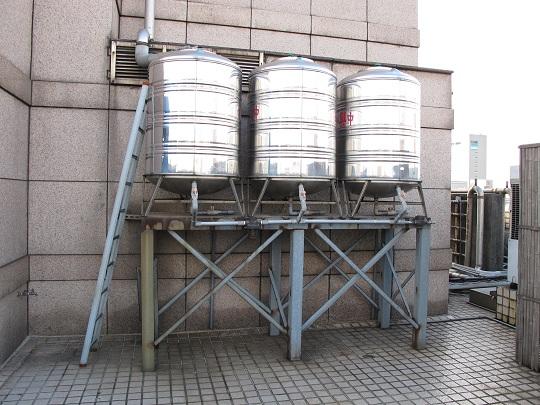 博仲利用了三個700公升的水塔,總共2.1噸的容器來回收雨水