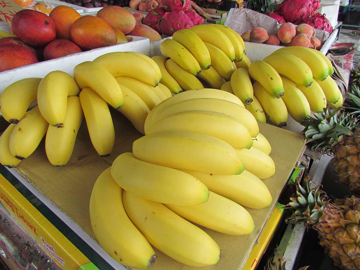 水果攤上的黃蕉。(攝影/李慧宜)