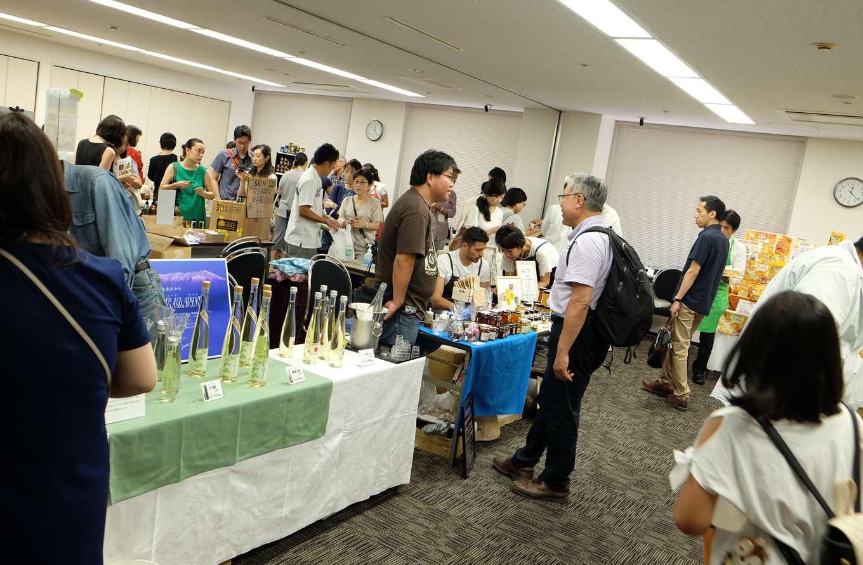 銀座蜜蜂祭,現場販售來自日本全國及世界各地的蜂蜜,還有蜂蜜酒及其他加工品(攝影/簡嘉潁)