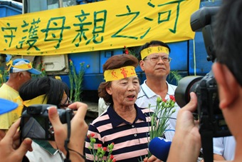 0511(五)康乃馨活動,溪州鄉今年的模範母親代表,獻花表示守護母親之河的決心。_sharpen