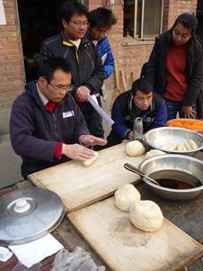 北方的青年常自己手作麵粉主食入菜