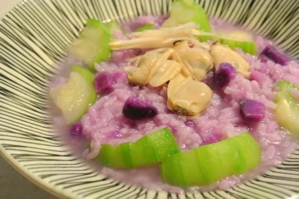 秋天是絲瓜和山藥的季節,紫山藥可以煮出一碗很美的粥。