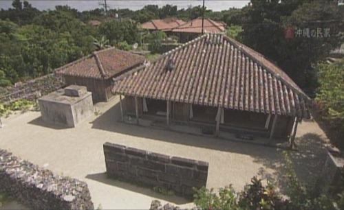 竹富島上的傳統建築適應風土,讓他們成為長壽之島。照片取自上勢頭先生提供之「沖繩的民家」影片截圖