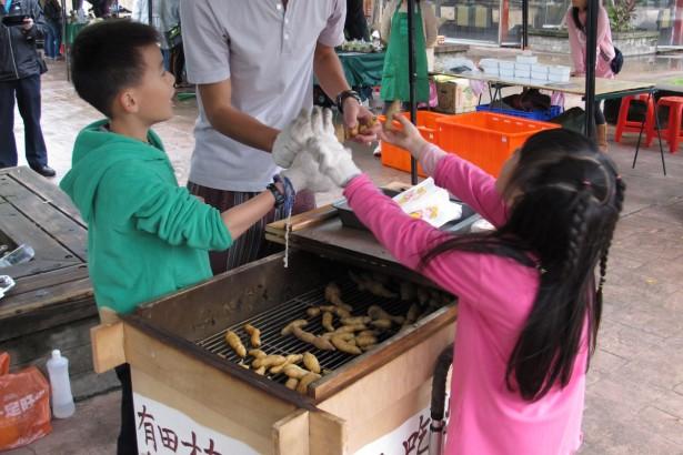 濕冷的季節, 來點Q甜綿密的窯烤有機地瓜, 和小農朋友們聊農務話家常, 最是溫暖~