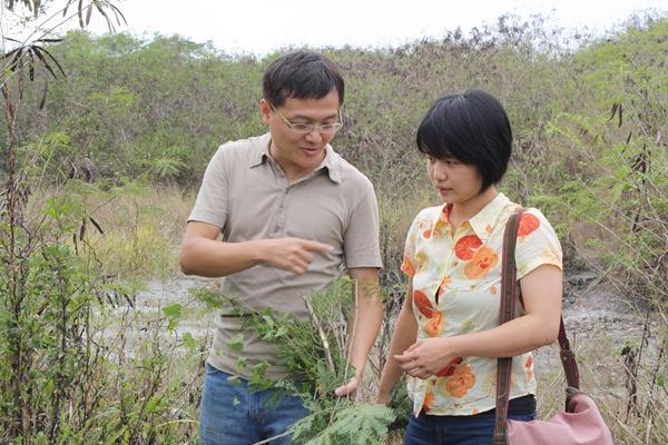 謝昇佑(左)和余馥君(右)希望能推廣小型豬農採用在地飼料,降低對外來飼料的依賴