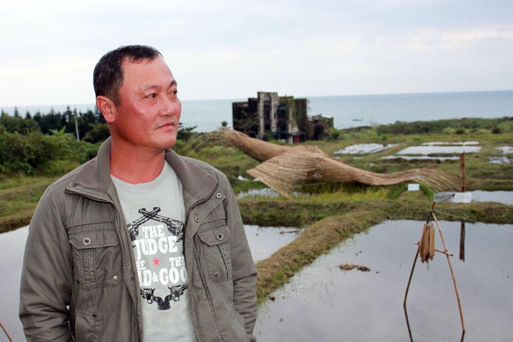 嘎令‧里外運用竹子創作出水梯田裝置藝術《鷹影》,重現兒時的水田記憶。(作品在後方)