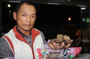 曾鴻德種植香菇已經30年,但受到走私影響生意大不如前。