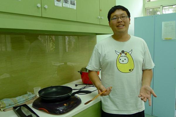 3.2李博霖是在上了大學才發現自己對煮菜很有興趣,但卻對學校的煮食政策感到很無奈,希望校方給學生一個安全友善的廚房空間