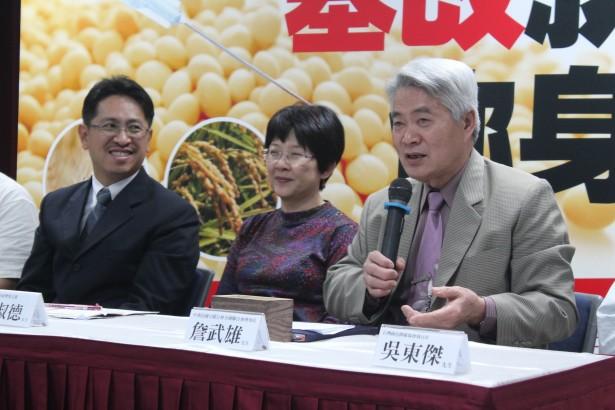 中華民國豆腐公會全國聯合會理事長詹武雄(圖右持麥克風者)挺身而出,呼籲廠商共同改用非基改黃豆為原料,可降低採購成本,增進國人健康,消費者也不致於荷包受損。