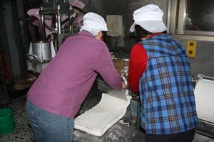 莊家兩個媳婦也都是新竹人,雖然每天一睜開眼就是做米粉,但看到客人露出滿足的笑容,辛苦就有了代價