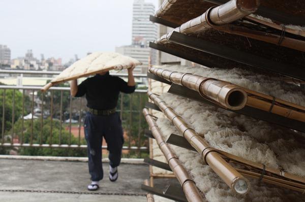 雖然有了電梯代步,但每天還是要來回扛竹架曬米粉,一個竹架重達好幾十斤
