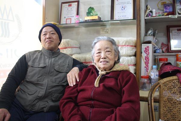 莊阿嬤已經高齡八十多,現在只需要坐在店裡享清福,和客人分享做米粉的甘苦談