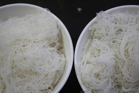 左邊是加了玉米澱粉的濕米粉,看起來晶瑩透明,外觀也較蓬鬆;右邊的山川米粉顏色較暗。而且若沖水比較,純米做的米粉馬上可以聞到濃濃米香,摻了玉米的澱粉則只有化學酸味