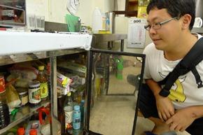 宿舍交誼廳櫃子擺滿琳琅滿目的調味品,顯示有不少學生都有煮食需求
