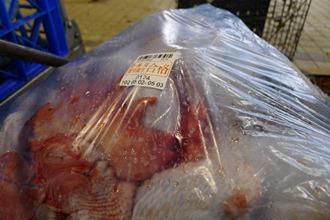 (2)強調衛生安全的電宰雞,屠宰完後卻被放在活禽交易市場裡,和活雞的羽毛、糞便為伍