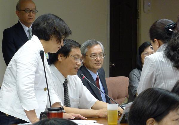 立法院衛環委員會昨天通過食管法草案初審,召委蘇清泉(左2)表示要在會期最後一天力拚三讀