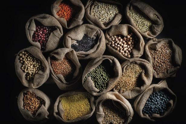 雜糧曾是台灣鄉村最豐富多元的地景,隨著全球農業貿易自由化,榖物與豆類大量進口,本土雜糧節節敗退,糧食主權拱手讓人。