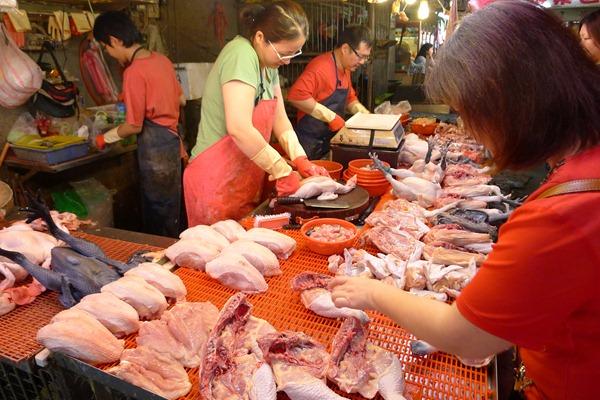 傳統市場禁宰活禽5-17上路,但市場還是有不少活禽攤商2