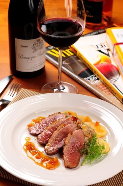 橙醬鴨胸佐紅藜沙拉,搭配紅酒,美味享受。