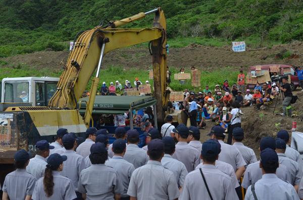 【公民寫手】東清七號地現場~調派大批台灣警力上島對峙村民