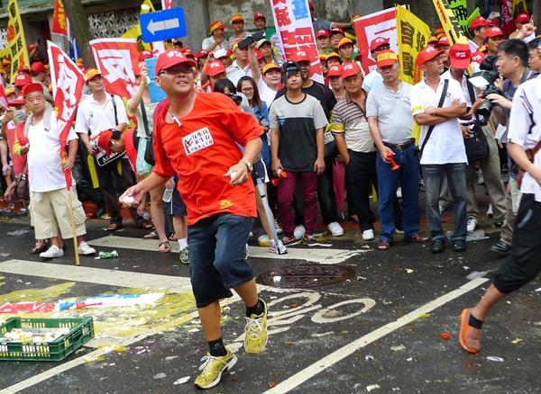 抗議群眾向農委會怒擲雞蛋,要求主委陳保基出來面對.2