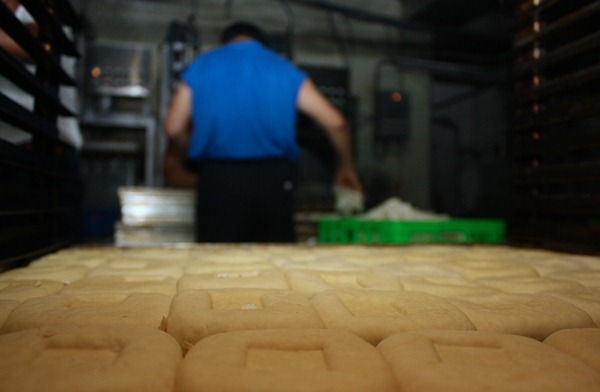 豆干原色是暗白色,但因水分多,保存不易,多半會添加糖烏上色,減少水分,延長保存期限