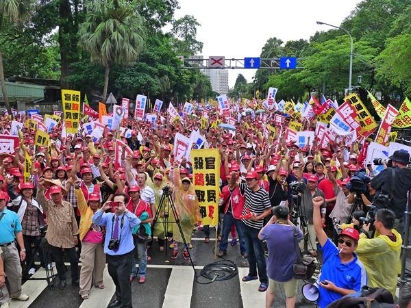 上千名土雞業者到農委會抗議,要求政府普設小型電宰廠,在配套措施到位前給個緩衝