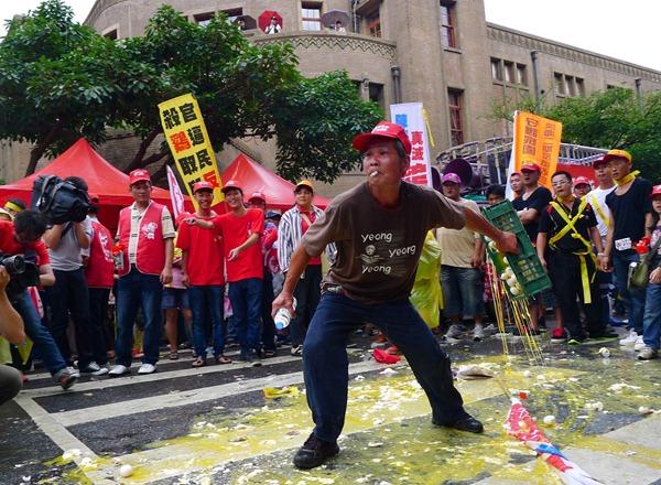 抗議群眾向農委會怒擲雞蛋,要求主委陳保基出來面對