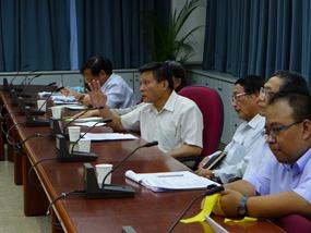農委會副主委王政騰(說話者)強硬表示,禁宰政策已經推行十年,不可能再有緩衝期