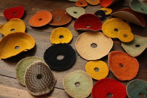 小豆島當地的石材加工廠也有各式各樣的布輪(砂輪),楊偉林將會拿來與藍染共同佈置