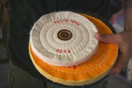 布輪是台灣許多工廠經常使用的打磨工具,類似砂紙功能,讓桌椅、工業製品變得平順圓滑,每疊布輪由數個不等的布片縫製而成