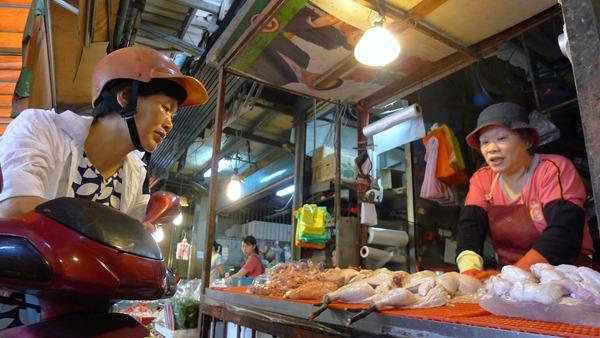 端午節將近,許多顧客買土雞拜拜,還要先預約