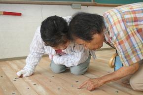藝術家將小豆島老照片鑲在廢棄小學的地板,社區居民認真的想要找出自己熟悉的場景,藝術祭讓平靜的福田村重新有了活力JPG