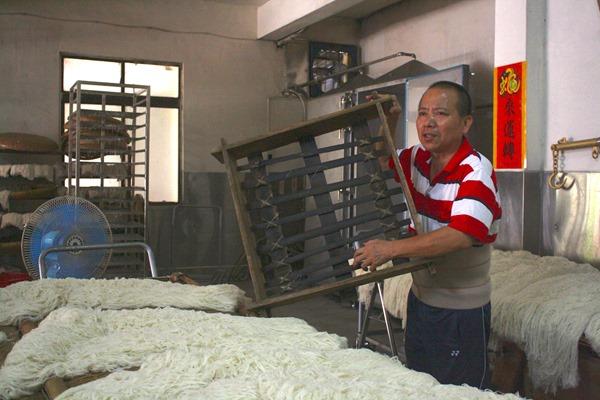 維持百年的木頭蒸籠雖走入歷史,但郭連進強調100%純米絕不退讓