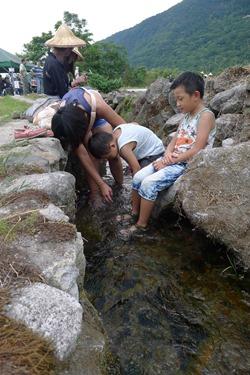 石砌水圳是生物樂園,也是小孩天堂