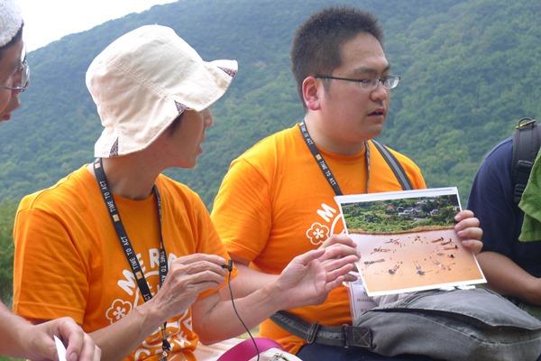 日本設計出創意體驗方式,許多國小小孩躺在田中央,感受土地的溫度