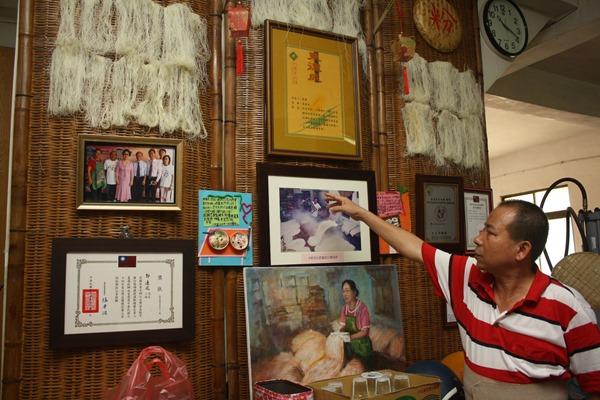 東德成的牆上掛滿各式獎狀以及各地參觀者的照片和感謝卡