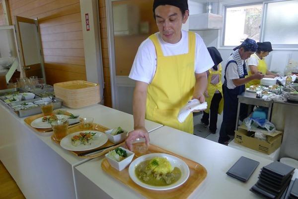 熊谷靖成負責亞洲廚房,不僅親自參與食物製作,還幫忙端盤子_thumb[2]