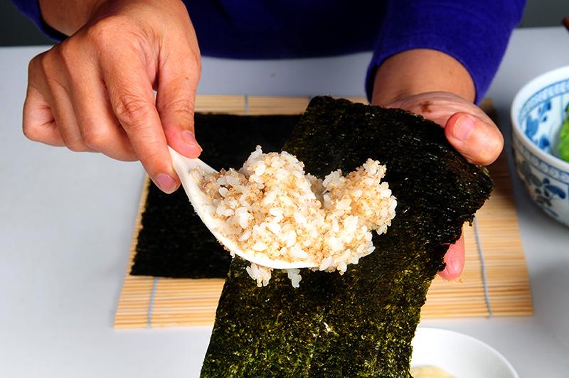 將紅藜飯薄薄的鋪滿半張海苔就好。