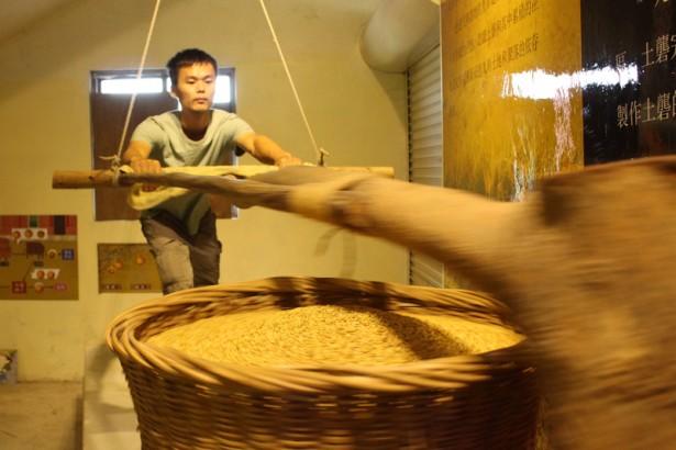 交大高材生手工製米 古老土礱唯一傳人