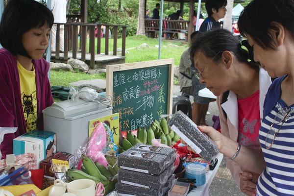 許多熱心的農友提供自家農產品給他們義賣