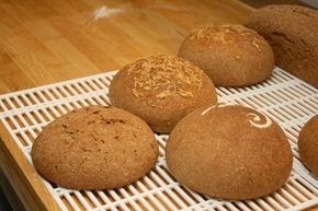 上方是加了高達起司的酸種麵包,右下則是蔓越莓口味,左下是未經「復筋排酸」的麵包,明顯看出蓬鬆度不同