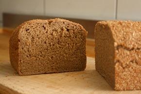 原味酸種全麥麵包,只加水、全麥粉、海鹽,吃得到天然麥香味。